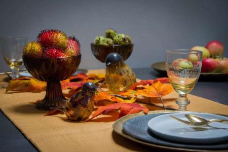Orange efterårsbord med efterårsblade
