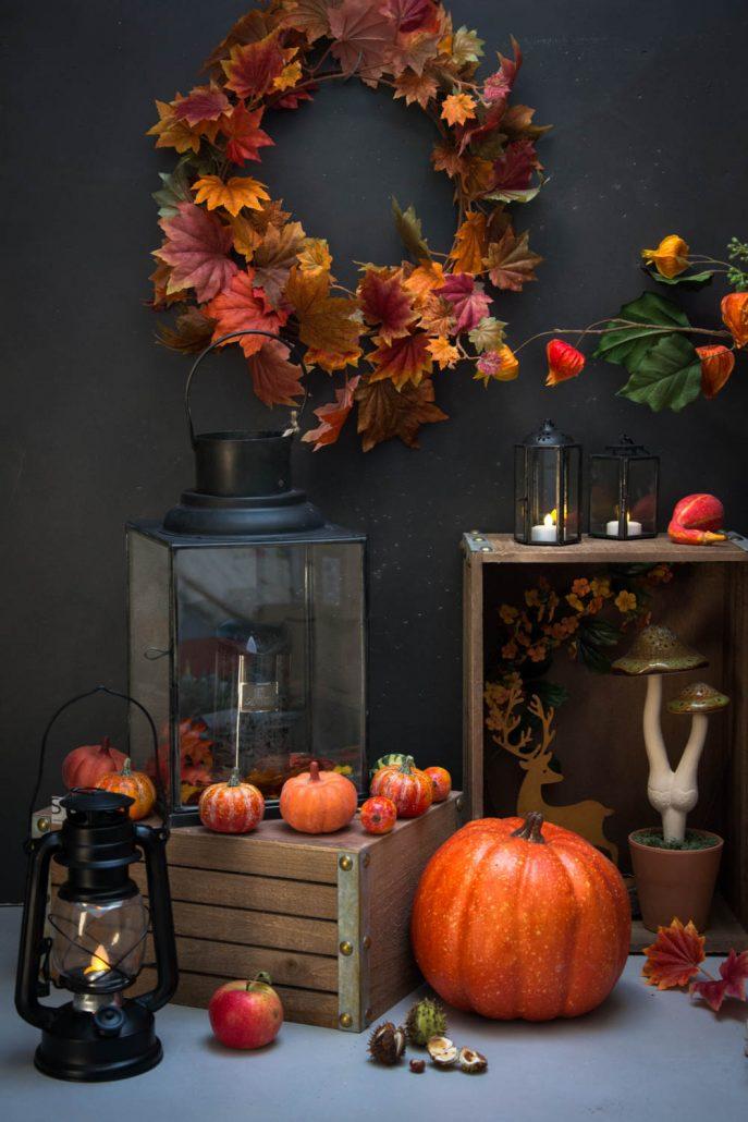 Efterårsdekoration med pyntegræskar og efterårsblade