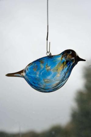Glasfigur - Glasfugl der kan hænge - gul og blå