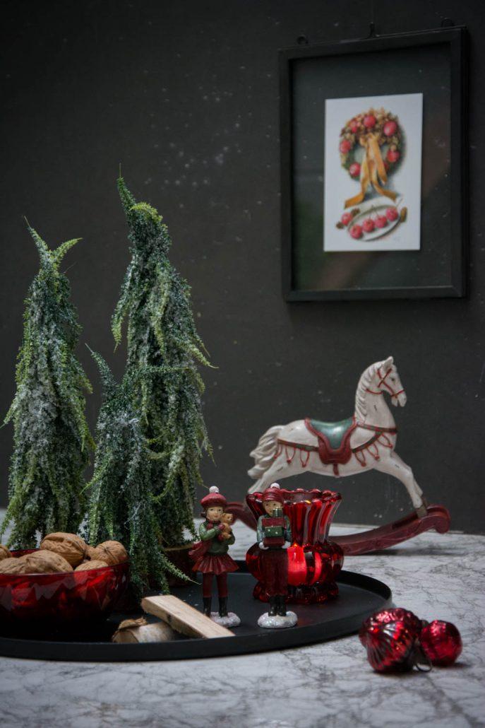 Julepynt 2017 - bakke med rødt julepynt