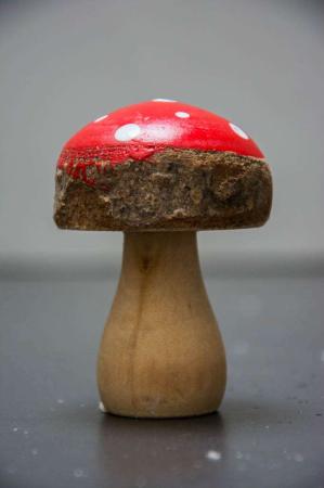 Julepynt - rød fluesvamp i træ med bark kant