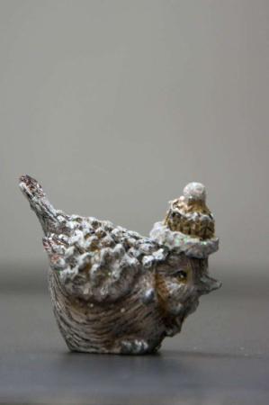Lille vinter fugle figur med hue