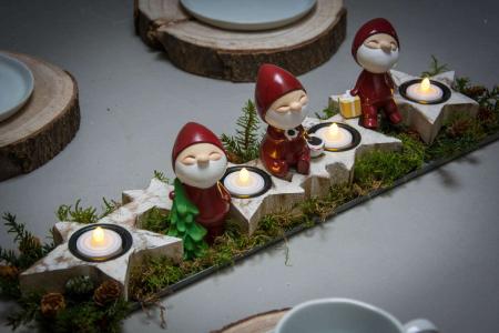 Adventsdekoration med nisser mos og gran - til fyrfadslys