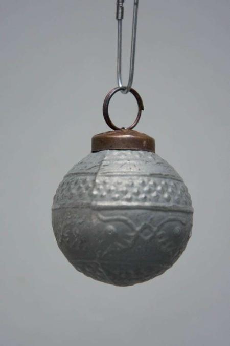 Grå juletræskugle af glas fra IB Laursen