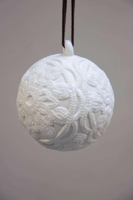 Hvid keramik julekugle med mønster