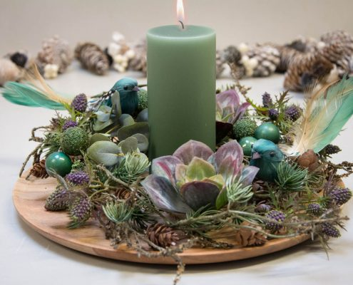 Juledekoration 2017 - grønt bloklys og gran, eucalyptus blade og husløg