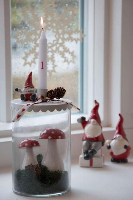 Juledekoration i kalenderlys glas med svampe og nisser