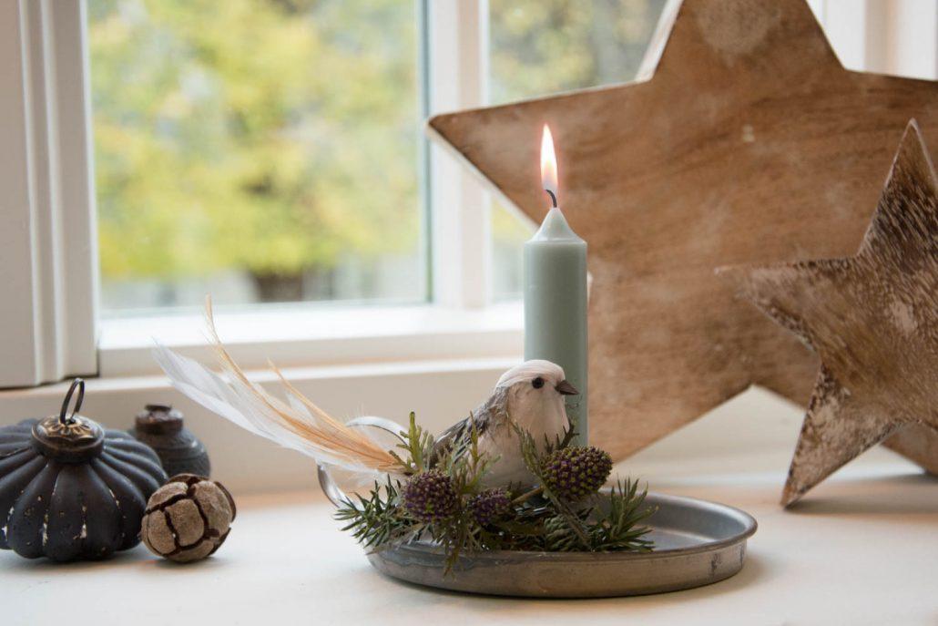 Lille juledekoration med tidsler og gran i kammerstage