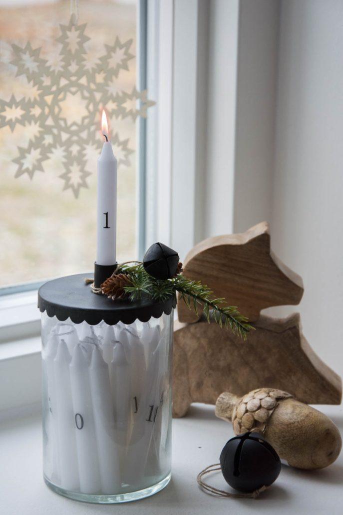 Moderne juledekoration i kalenderlys glas - sort og træ