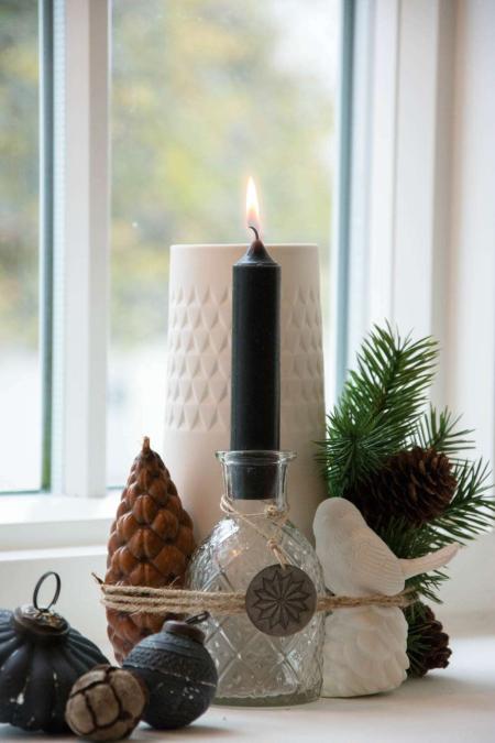 Moderne juledekoration med gran og kogler