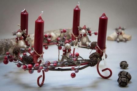Rød adventskrans med røde bær og kogler
