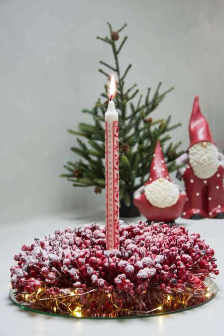 Rød og hvid juledekoration med kalenderlys