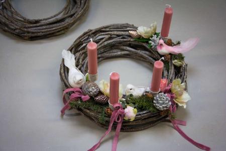 Rosa adventskrans med gran, blomster og fugle på klips
