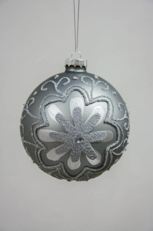 Rosa juletræskugle med sølv mønster - blomst