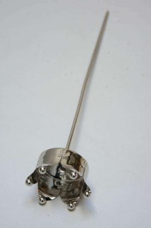 Sølvfarvet lysholder til fyrfadslys formet som en krone
