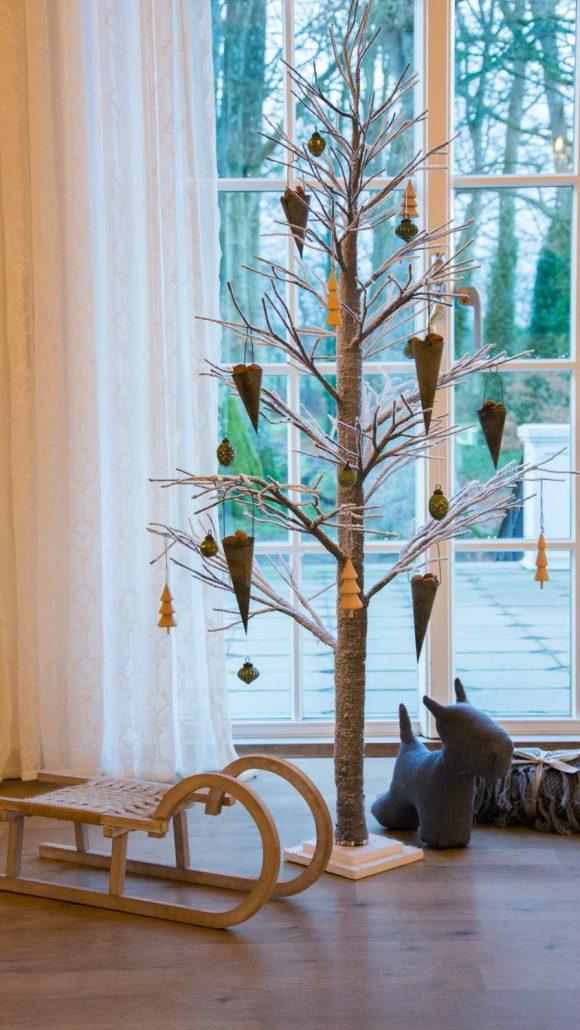 Alternativt juletræ - gråt med hvidt sne