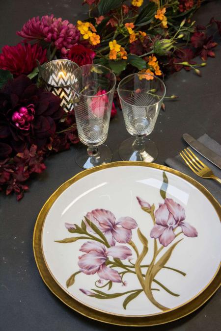 Julebord bordpynt med flora tallerkner og messing