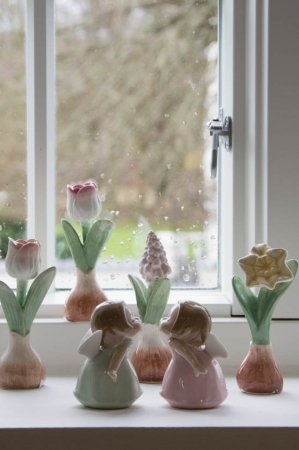 Forårspynt til vindueskarmen - porcelæns blomsterløg og engle