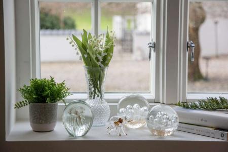 Moderne pynt til vindueskarmen - brevpresser og glasfigurer