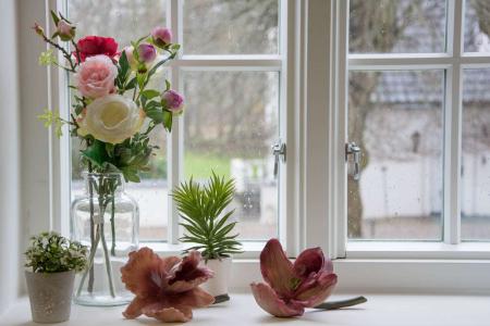 Pynt til vindueskarmen - kunstige blomster
