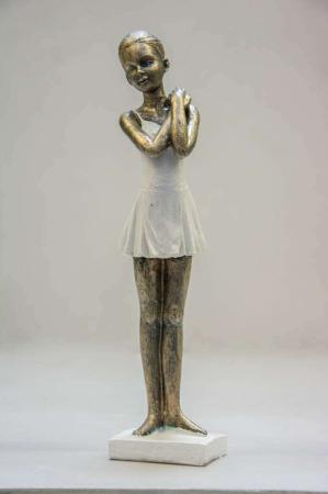 Stående ballerina figur med hvid kjole