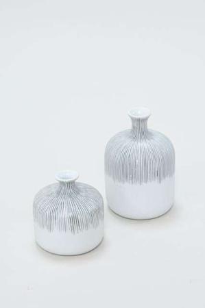 Hvid Vase i keramik - Vase fra Lindform - Hvid vase med sorte striber