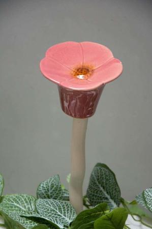 Pynt til haven. Havepynt. Blomst på pind. Blomst til havebed.