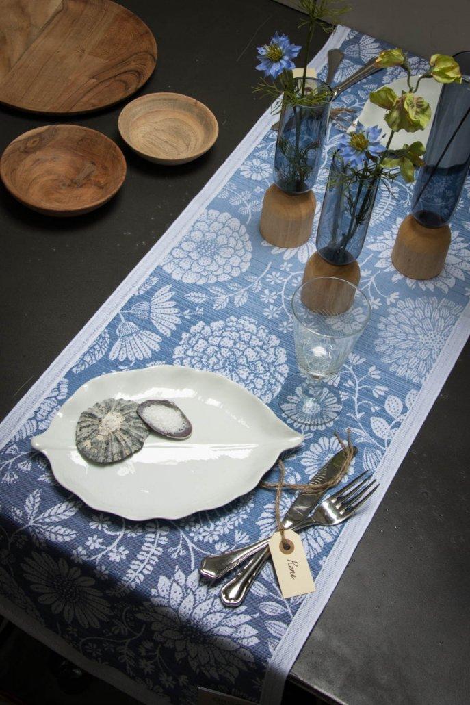 Ekelund bordløber af stof i blå og hvide nuancer med blomster