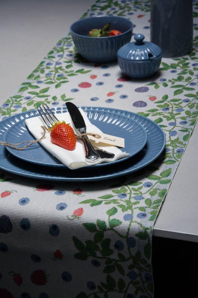 Ekelund bordløber af stof med motiv af skovbær