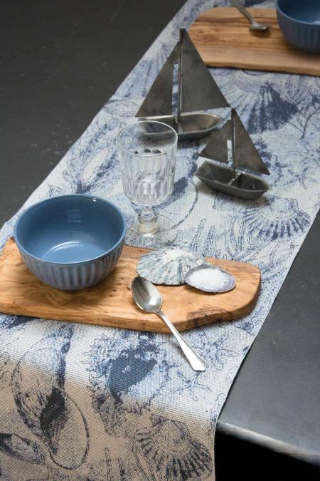 Ekelund bordløber af stof med motiv af strandskaller - maritimt bordpynt