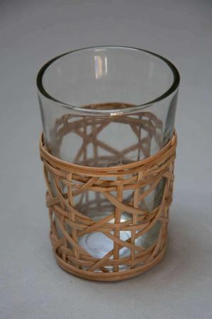 Fyrfadsstage af glas beklædt med bambus flet