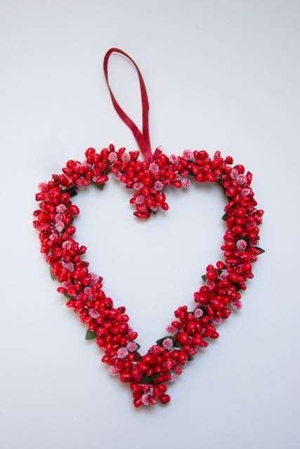 Hjerteformet julekrans med røde bær