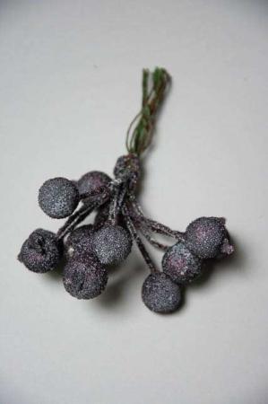 Auberginefarvede frostet bær til dekorationer