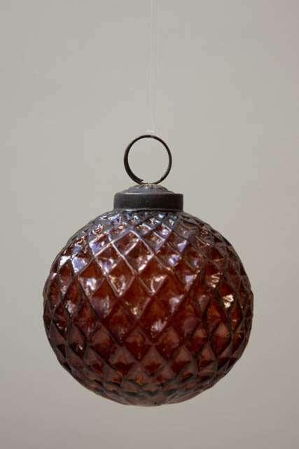 Glas julekugle fra Ib Laursen - ravfarvet med harlekintern