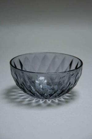Grå glasskål med rude mønster
