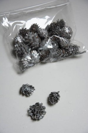 Pose med sølvfarvede kogler til dekorationer