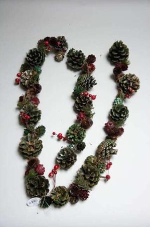 Ranke med grønne jule kogler og røde bær