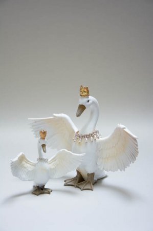 Svane figur med krone og halskæde