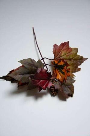 Kunstig gren med efterårsblade i mørkerøde nuancer - ahorn