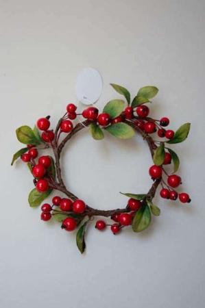Lille kunstig krans med røde bær og grønne blade