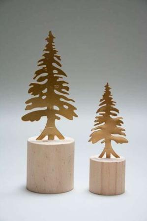 Messingfarvede træer på træklods
