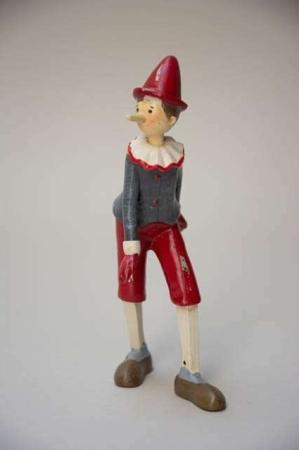 Pinocchio figur med gammeldags udtryk og skidte kanter