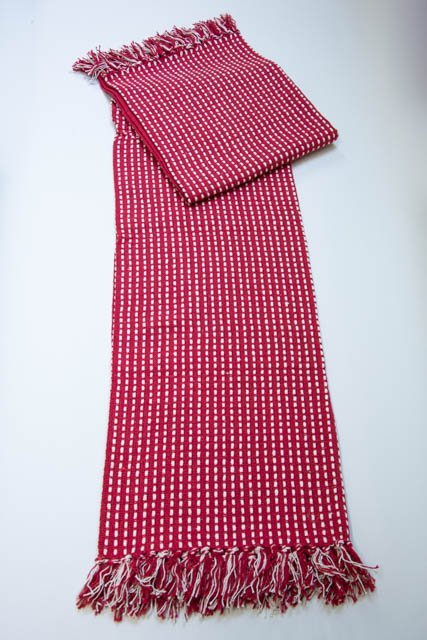 0a2581f90 Rødt tæppe m. cremefarvede striber