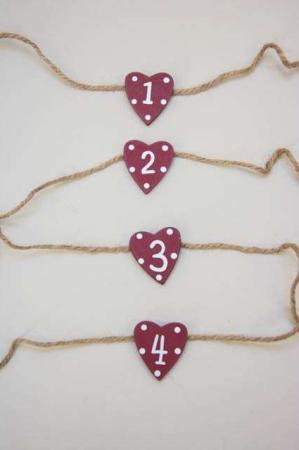 Adventstal af træ - røde hjerter