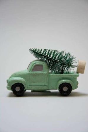 Driving home for christmas grøn bil med juletræ på taget