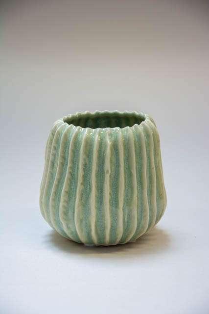 Lille grøn keramik vase med riller