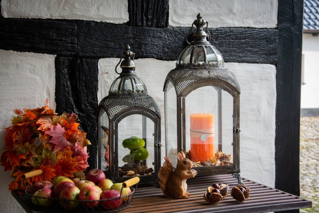 Udendørs efterårsdekorationer med lanterner