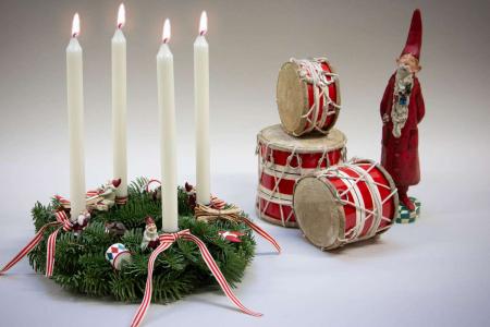 Find inspiration til din adventskrans 2018 - adventsdekoration af gran med ornamenter fra Maileg