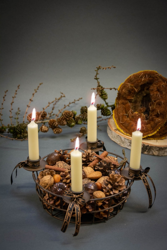 Find inspiration til din adventskrans 2018 - adventsdekoration i kurv med kogler, nødder og små julekugler