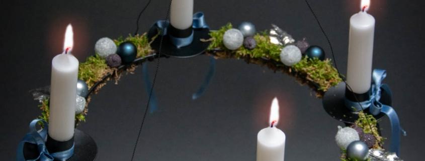 Find inspiration til din adventskrans 2018 - blå adventsdekoration med mos og kugler